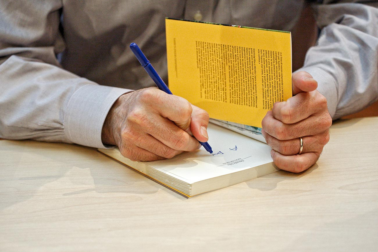 Un écrivain dédicace son livre dans une librairie à Lyon 6