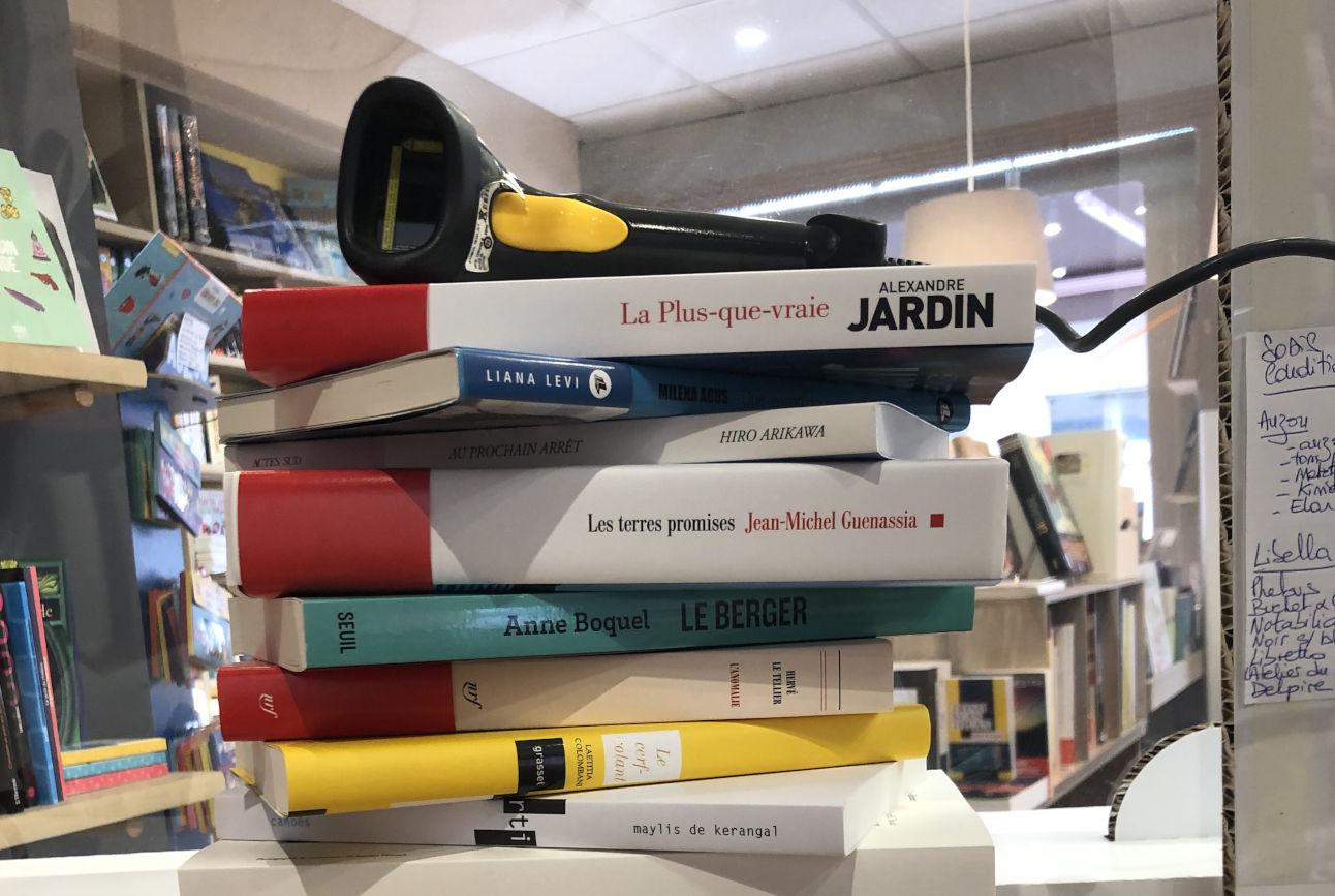Pile de livres avec douchette de scan codes-barre